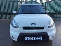 USED 2009 09 KIA SOUL 1.6 SHAKER CRDI 5d 127 BHP SUNROOF ALLOYS PRIVACY WHITE WITH BLACK CLOTH TRIM. 16 INCH ALLOYS. COLOUR CODED TRIM. PRIVACY GLASS. SUNROOF. R/CD PLAYER. MFSW. TEL 01937 849492