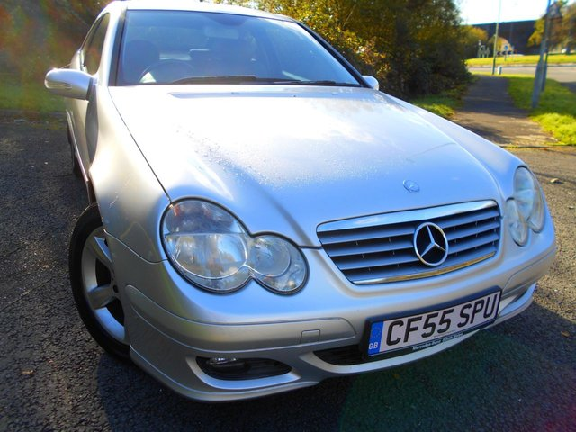 2005 55 MERCEDES-BENZ C-CLASS 1.8 C180 KOMPRESSOR SE SPORTS 3d AUTO 141 BHP ** ONE PREVIOUS LOCAL OWNER , FULL HEATED BLACK LEATHER , AUTOMATIC , ALLOYS **