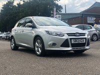 USED 2013 13 FORD FOCUS 1.6 ZETEC 5d AUTO 124 BHP VERY LOW GENUINE MILES *  MOT JULY 2020 *  1 PREVIOUS KEEPER *  AIR CONDITION *  ALLOY WHEELS *