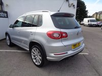 USED 2010 10 VOLKSWAGEN TIGUAN 2.0 R LINE TDI 4MOTION 5d 138 BHP £195 A MONTH SATELLITE NAVIGATION  PRIVACY GLASS  LEATHER TRIM  7 SERVICE STAMPS PARKING SENSORS