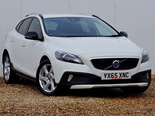2015 65 VOLVO V40 2.0 D2 CROSS COUNTRY LUX NAV 118 BHP, Winter Illumination Pack, 1 Owner with Full Service History, ULEZ Compliant