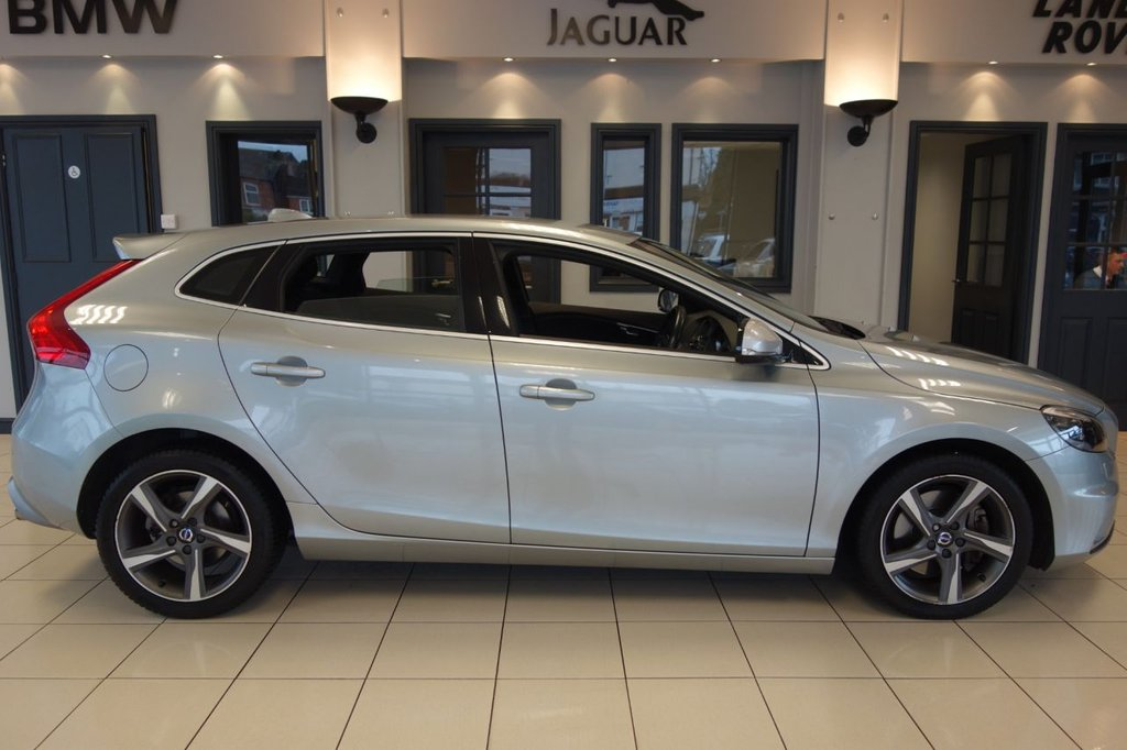 USED 2015 15 VOLVO V40 2.0 D4 R-DESIGN LUX NAV 5d AUTO 187 BHP FINISHED IN STUNNING METALLIC SILVER WITH FULL BLACK LEATHER HEATED SEATS + SATELLITE NAVIGATION + DAB DIGITAL RADIO + BLUETOOTH + CRUISE CONTROL + DUAL ZONE AIR CONDITIONING + PARKING SENSORS + CLIMATE CONTROL + ULEZ COMPLIANT + FOLDING HEATED MIRRORS + PART ELECTRIC TAILGATE + AUTO DAYTIME RUNNIN LIGHTS + VOICE COMMAND + RAIN SENSORS + ANDRIOD MEDIA + ECO MODE + LUMBAR SUPPORT + STOP/START