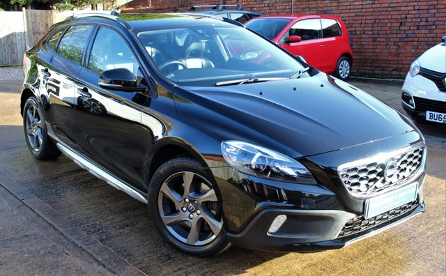 USED 2016 66 VOLVO V40 2.0 D2 CROSS COUNTRY LUX 5d 118 BHP **** ONE OWNER * ZERO ROAD TAX * 76.4 MPG * LEATHER UPHOLSTERY ****