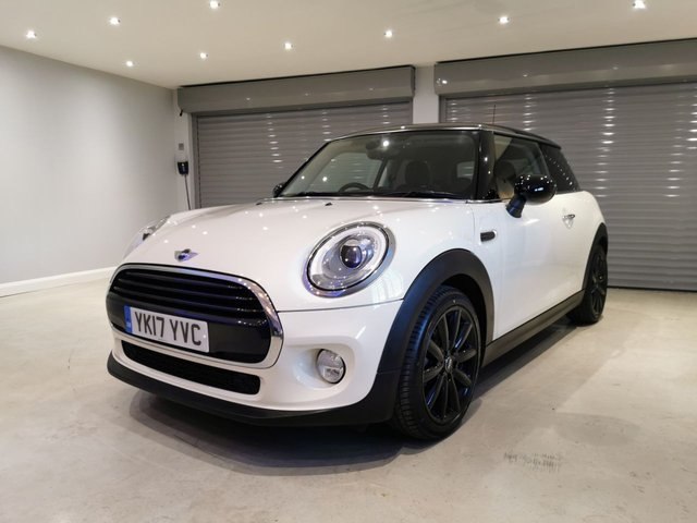 """USED 2017 17 MINI HATCH COOPER 1.5 COOPER 3d 134 BHP CHILI PACK + PANORAMIC GLASS ROOF + 17"""" COSMOS SPOKE BLACK ALLOYS"""