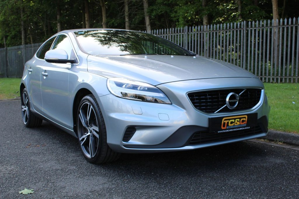 USED 2017 17 VOLVO V40 2.0 D2 R-DESIGN PRO 5d 118 BHP A HIGH SPECIFICATION V40 WHICH IS ONLY £20/YEAR ROAD TAX AND RETURNS HIGH MPG!!!