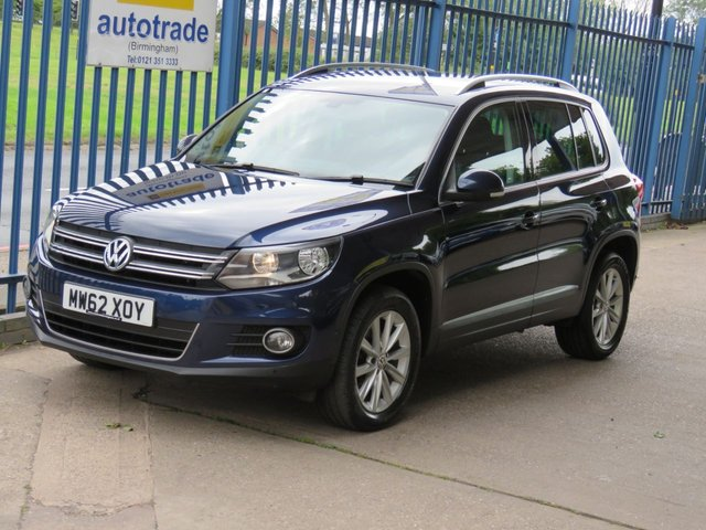 USED 2013 62 VOLKSWAGEN TIGUAN 2.0 SE TDI BLUEMOTION TECHNOLOGY 5d 138 BHP ACTIVE PARK ASSIST, ROOF RAILS, AUTO HOLD ELECTRIC PARKING BRAKE. SERVICE HISTORY, BLUETOOTH, ALLOYS, ACTIVE PARK ASSIST WITH FRONT AND REAR PARKING SENSORS, REVERSING CAMERA, PART CLOTH AND ALCANTARA SUEDE  TRIM