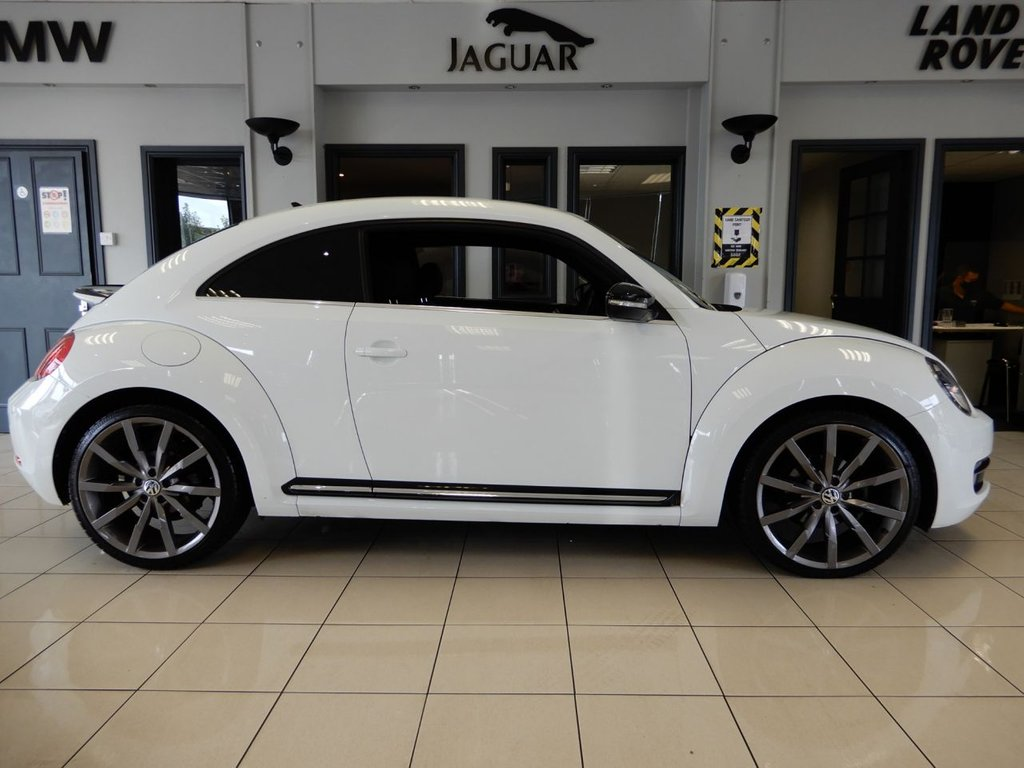 USED 2016 16 VOLKSWAGEN BEETLE 2.0 SPORT TDI BLUEMOTION TECHNOLOGY 3d 148 BHP FINISHED IN OPTIC WHITE HIGHLIGHTED BY GLOSS BLACK BODY TRIM AND CARBON GREY 20 INCH ALLOY WHEELS + BEAUTIFUL LOOKING BEETLE IN EXQUISITE CONDITION AND COMES WITH A COMPREHENSIVELY DOCUMENTED FULL SERVICE HISTORY + 1 FORMER KEEPER (2 IN TOTAL) + SATELLITE NAVIGATION + BLACK CLOTH INTERIOR TRIM + UNMARKED 20 INCH MULTISPOKE MONTERRAY ALLOY WHEELS + APPLE CAR PLAY + TOUCH SCREEN MEDIA DISPLAY + AUX/USB CONNECTION + FRONT AND REAR PARKING SENSORS + VOICE COMMAND + TURBO GAUGE