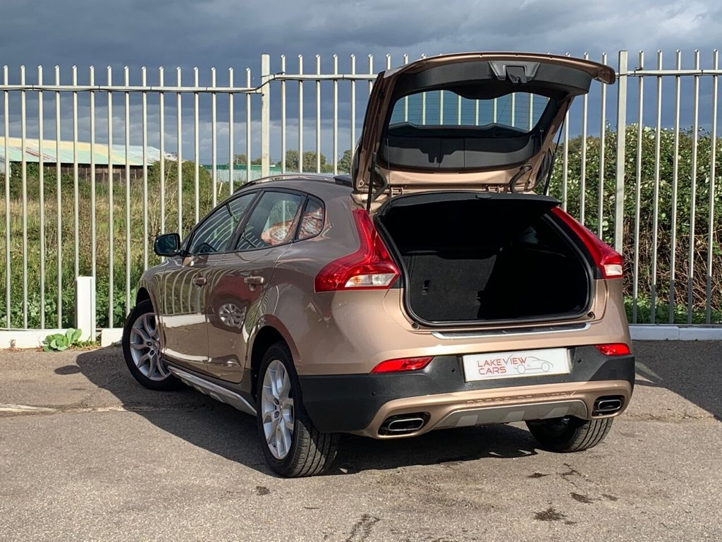 USED 2016 16 VOLVO V40 2.0 D3 CROSS COUNTRY PRO 5d 148 BHP
