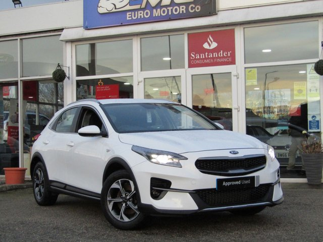 USED 2020 20 KIA CEED 1.0 XCEED 2 ISG 5d 118 BHP Finished in FUSION WHITE with contrasting GREY CLOTH trim. Based on the Ceed this SUV is longer, wider and taller and has a decent amount of space in the front and rear. This practical family SUV is sturdy, attractive and not to be missed with its balance of 7 years Kia Warranty. Features include, Sat Nav, Alloys, DAB Radio, LED Bi-Functional Headlights, Rear View Camera, Apple Play and much more.